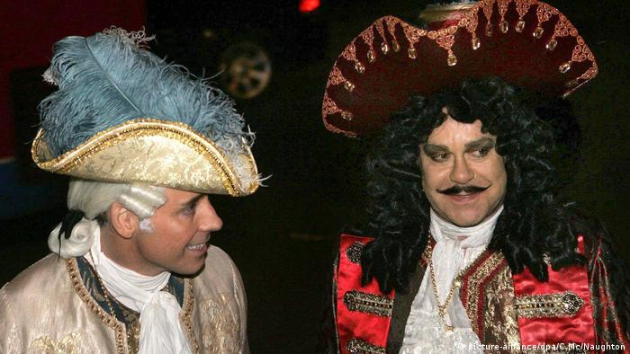 Elton John und David Furnish in pirate costumes (picture-alliance/dpa/C.Mc/Naughton)