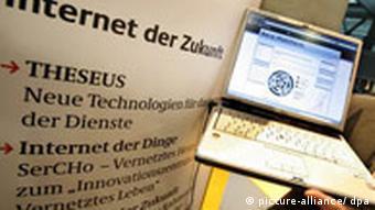 Laptop vor Infowand (Foto: dpa)