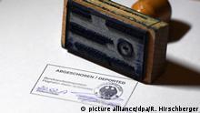 ARCHIV - ILLUSTRATION - Der Schriftzug «Abgeschoben/Deported» steht in Schönefeld (Brandenburg) auf einem amtlichen Stempelbild der Bundespolizei, aufgenommen am 20.02.2017. (zu dpa «De Maizière wirbt für Pläne zu schnelleren Abschiebungen» vom 23.03.2017) Foto: Ralf Hirschberger/dpa-Zentralbild/dpa +++(c) dpa - Bildfunk+++ | Verwendung weltweit