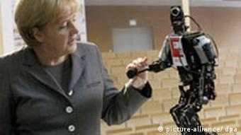 Kanzlerin Angela Merkel mit Roboter (Foto: dpa)