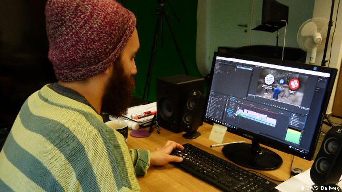 Produzent Jamal Ali arbeitet am Videoschnitt