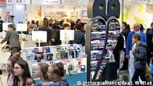 23.03.2017 Besucher gehen am 23.03.2017 am Stand der Ullstein Buchverlage über die Buchmesse in Leipzig (Sachsen). Ab 23. März ist Leipzig wieder vier Tage lang das Mekka für Autoren, Verlage und Literaturfreunde. Bis zum 26. März stehen auf der Messe rund 3400 Veranstaltungen auf 570 Bühnen auf dem Programm. Als Gastland macht Litauen auf sich aufmerksam. Im vergangenen Jahr kamen rund 260 000 Besucher. Foto: Jan Woitas/dpa-Zentralbild/dpa   Verwendung weltweit