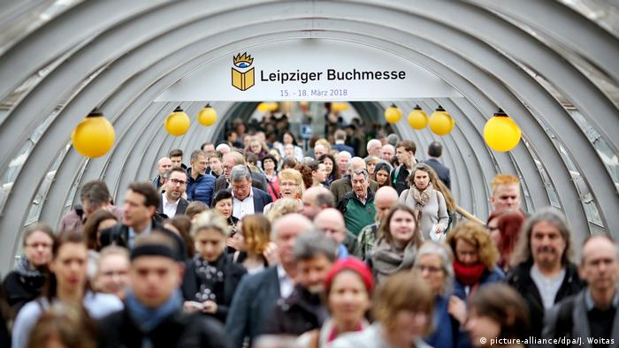 Picture of visitors heading toward the entrace of the Leipzig Book Fair.