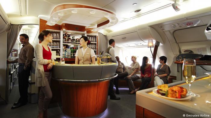 Los pasajeros de primera clase tienen la posibilidad a disfrutar el vuelo a 12 mil metros de altura en un ambiente especial: en el salón. Hay ofertas de bebidas, comidas, y la posibilidad de hacer nuevas amistades.