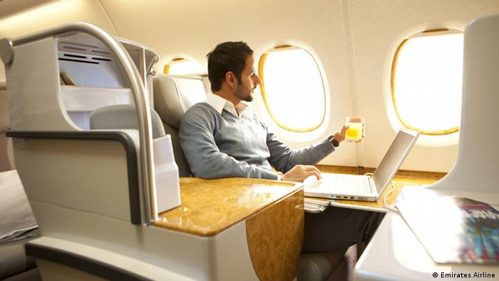 Los pasajeros de clase executiva tienen una mesa lateral con espacio para trabajar. Durante el trabajo, pueden elegir entre varias bebidas de su propio bar con refrigerador y después del trabajo: entretenimiento a bordo.