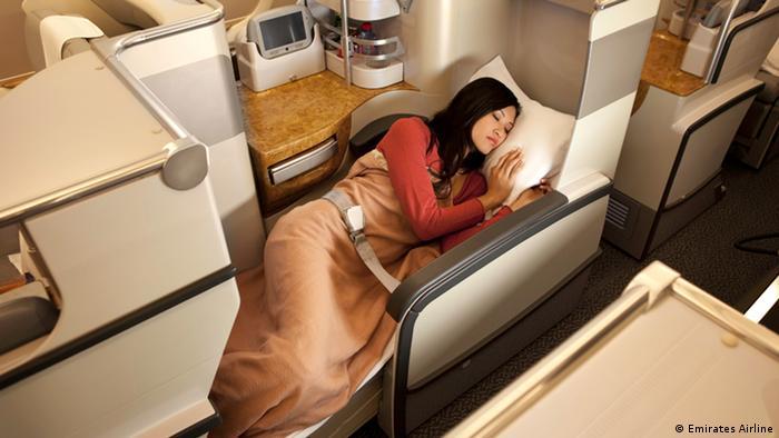 Si los pasajeros están cansados, pueden transformar el asiento en una cama, con un colchón confortable y una manta. La compañía ofrece asientos totalmente reclinables en todos los aviones A380. El confort es increíble: los clientes de clase ejecutiva reciben kits con productos exclusivos de una famosa marca italiana.