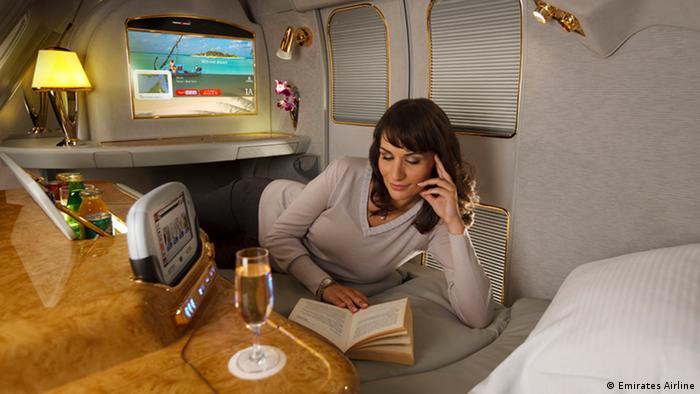 Los pasajeros de la primera clase pueden aprovechar la privacidad. Pueden cerrar las puertas de su suite privada. Dentro, ellos encuentran un asiento totalmente reclinado que se transforma en un colchón para dormir o, simplemente, para relajarse, leyendo un libro o tomando una copa de vino o cava.