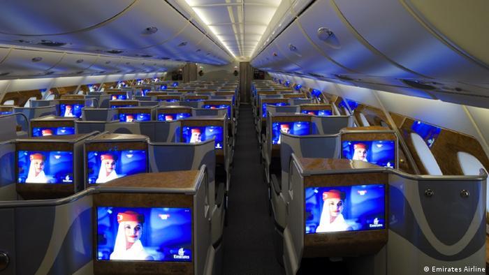 Los pasajeros no solamente pueden usar el sistema de entretenimiento para disfrutar la oferta de películas, series y noticias, además pueden acompañar la ruta del avión y ver exactamente sobre cual punto de la tierra están volando. Las cámaras localizadas posibilitan la vista afuera del avión.