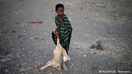 Kenia Dürre Kind mit Ziegen Kadaver (Reuters/G. Tomsevic)
