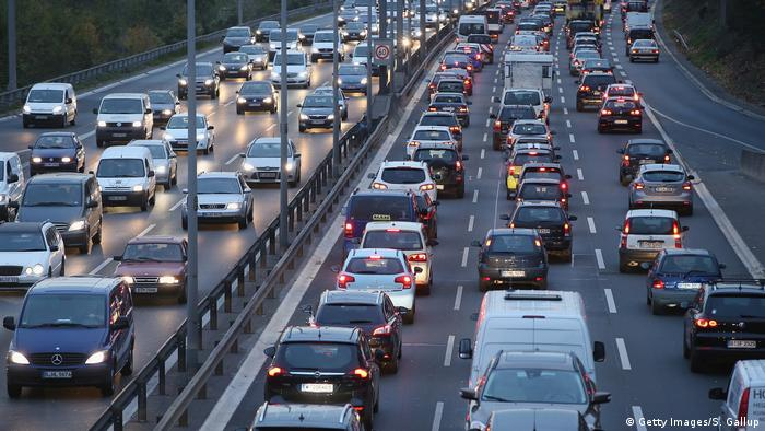 Carros numa rodovia alemã