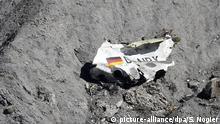 ARCHIV 2015****- Trümmer der Germanwings-Maschine A320 liegen am 26.03.2015 an der Absturzstelle in der Nähe von Le Vernet in den französischen Alpen. Am 24.3.2017 jährt sich der Absturz der Germanwings-Maschine in den südfranzösischen Alpen mit 150 Toten zum zweiten Mal. Foto: Sebastien Nogier/EPA/dpa +++(c) dpa - Bildfunk+++ |