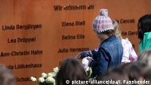 24.03.2017**** Schüler legen am 24.03.2017 bei der Gedenkfeier am Joseph König Gymnasium in Haltern am See (Nordrhein-Westfalen) Rosen vor eine Gedenktafel mit den Namen der verstorbenen Opfer das Absturzes der Germanwings-Maschine. Anlässlich des zweiten Jahrestages des Absturzes der Germanwings-Maschine in den südfranzösischen Alpen mit 150 Toten treffen sich Angehörige und Freunde zu einer Gedenkfeier. Foto: Ina Fassbender/dpa +++(c) dpa - Bildfunk+++ | Verwendung weltweit