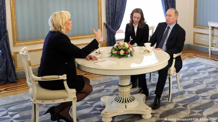 Russland   Marine Le Pen bei Putin (Getty Images/AFP/M. Klimentyev)