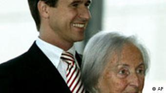 Die Chefin der Quandt Group, Johanna Quandt und ihr Sohn Stefan Quandt gehen am Mittwoch, 17. Oktober 2007 in Muenchen zur Einweihung der BMW Welt. AP Photo/Diether Endlicher)