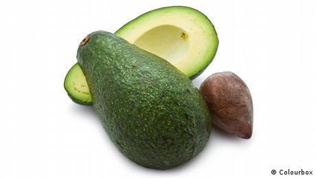 Aufgeschnittene Avocado mit Kern (Colourbox)