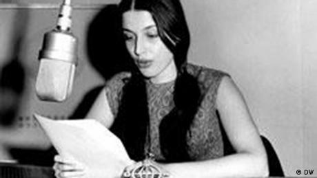 Η εκφωνήτρια και ηθοποιός Νίκη Νικολάου. Καθημερινά μεταξύ 21:40 και 22:40 μεταδιδόταν η Ελληνική Εκπομπή της DW με ειδήσεις, πολιτικά σχόλια, επισκόπηση Τύπου, ρεπορτάζ και συνεντεύξεις με εκπροσώπους του αντιδικτατορικού αγώνα και απαγορευμένη από τη χούντα μουσική, όπως για παράδειγμα του Μίκη Θεοδωράκη.