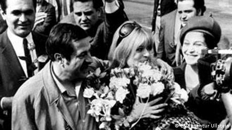 Ο Γερμανός συγγραφέας Γκύντερ Γκρας υποδέχεται στο Βερολίνο τη Μελίνα Μερκούρη, η οποία ζούσε εξόριστη στο Παρίσι από το 1967.Η χούντα είναι ντροπή για τη δημοκρατική Ευρώπη είχε δηλώσει φθάνοντας στη γερμανική πρωτεύουσα και συνεχίζοντας την περιοδεία της κατά της χούντας.