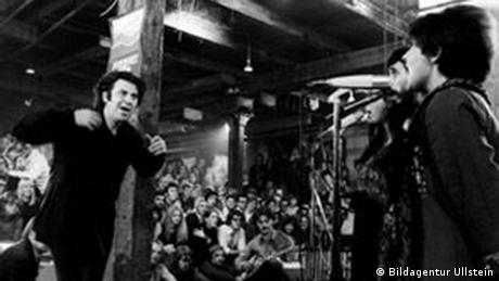 Την ώρα που ο συνθέτης και ποιητής Μίκης Θεωδωράκης διηύθυνε στην κατάμεστη αίθουσα δικά του έργα, η συναυλία μετατράπηκε μετά το διάλειμμα σε μια αυθόρμητη διαδήλωση παρευρισκομένων Ελλήνων. Για αυτούς ο Θεωδοράκης είναι ένα σύμβολο αντίστασης έγραφε η γερμανική εφημερίδα Hamburger Abendblatt στις 2.2.1972.