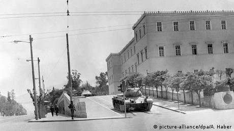 Μια μικρή ομάδα στρατιωτικών, αναμεσά τους ο Γεώργιος Παπαδόπουλος και ο Στυλιανός Παττακός, προχώρησαν σε στρατιωτικό πραξικόπημα στις 21 Απριλίου του 1967. Εκείνη τη νύχτα οι συλλήψεις ξεπέρασαν τις 8.000. Αναμεσά τους βρίσκονταν πολιτικοί, δημοσιογράφοι και καλλιτέχνες.