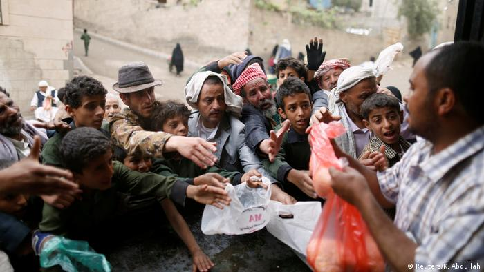 Yemen Sanaa - Menschenmengen bei Essensausgabe