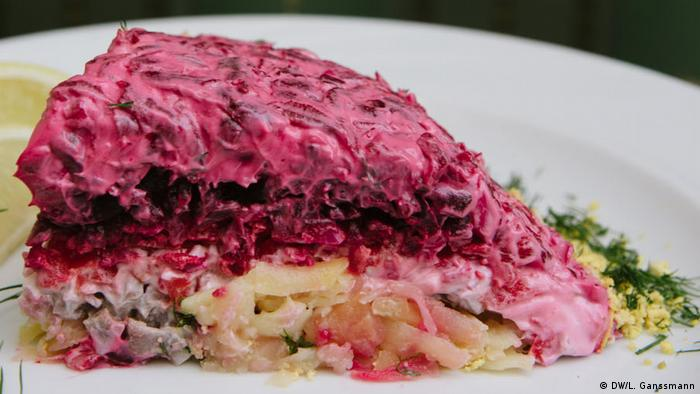 Russian herring salad with a red beetroot top (DW/L. Ganssmann)