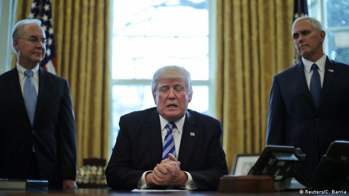 Tom Price (solda) ABD Başkanı Donald Trump (ortada) ve Başkan Yardımcısı Mike Pence ile birlikte Oval Ofis'te.