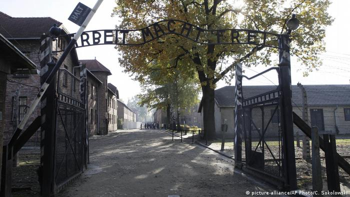 Polen Auschwitz Eingang Konzentrationslager (picture-alliance/AP Photo/C. Sokolowski)
