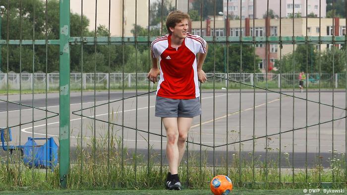 Антон Логвинец с футбольным мячом