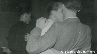 Deutschland Hamburg Homosexuelle beim Tanzen in der Roxi-Bar