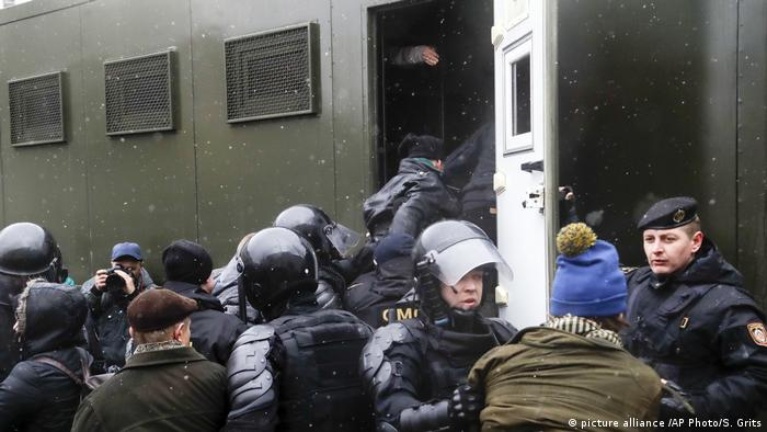 Задержанных участников акций протеста в Минске сажают в автозак
