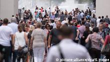 ARCHIV- Passanten gehen am 25.07.2016 in München (Bayern) durch die Fußgängerzone. Foto: Sven Hoppe/dpa (zu dpa Bayerns Bevölkerung wächst auf 12,85 Millionen Menschen vom 13.01.2017) +++(c) dpa - Bildfunk+++ | Verwendung weltweit
