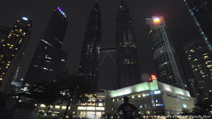 برجهای دوقلوی پتروناس، از بلندترین آسمانخراشهای جهان در شهر کوالالامپور مالزی نیز در ساعت زمین در خاموشی فرو رفتند.