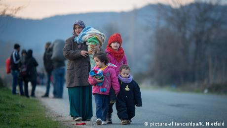Flüchtlinge an der griechisch-mazedonischen Grenze (picture-alliance/dpa/K. Nietfeld)