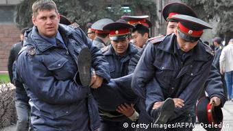 Задержание сторонников Жапарова во время акции протеста в Бишкеке в марте 2017 года
