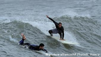 Gaza - Surfer (picture-alliance/AP Photo/K. Hamra)