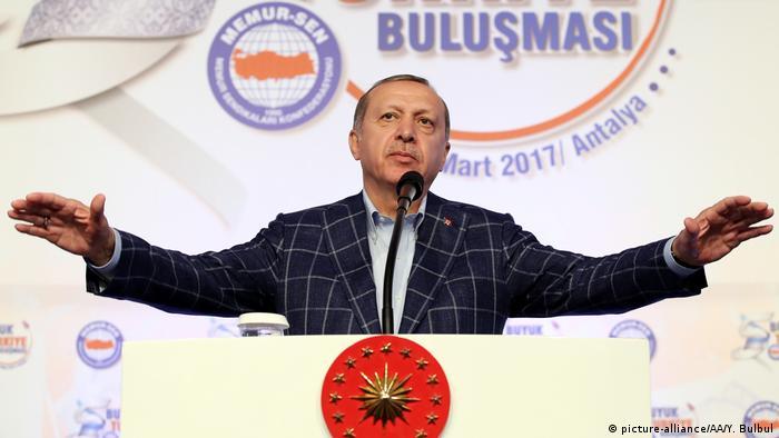 Türkei Präsident Recep Tayyip Erdogan bei Memur-Sen-Treffen in Antalya (picture-alliance/AA/Y. Bulbul)