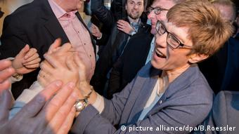 Аннегрет Крамп-Карренбауэр принимает поздравления после победы на выборах весной 2017 года