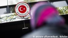 Eine Frau mit Kopftuch wartet am 18.10.2015 vor dem türkischen Konsulat in Berlin, um ihre Stimme für die türkischen Parlamentswahlen am 01.11.2015 abzugeben. Foto: Lukas Schulze/dpa | Verwendung weltweit