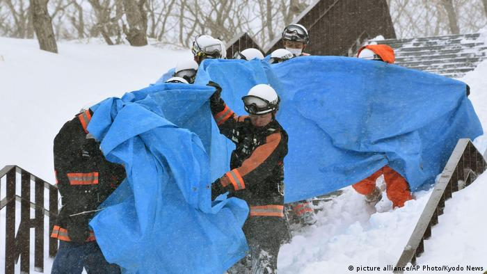 Rescuers carry casualties in an avalanche at a ski resort in Nasu, Tochigi prefecture (picture alliance/AP Photo/Kyodo News)