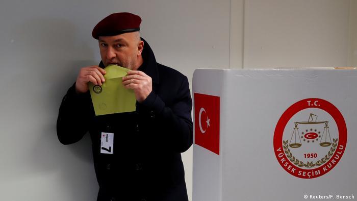 турок в турецком консульстве в Берлине