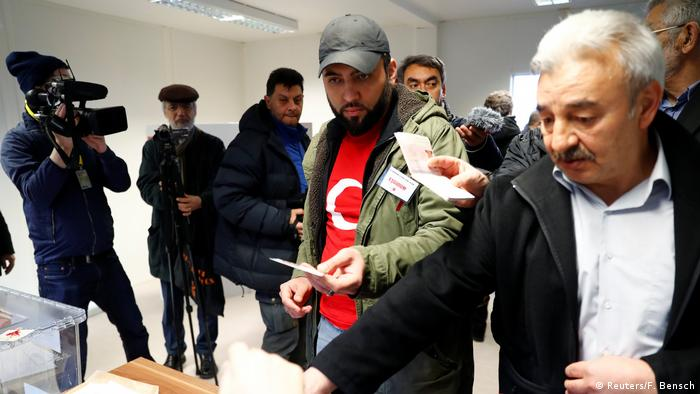 Deutschland Wahllokal Referendum Präsidialsystem Türkei (Reuters/F. Bensch)