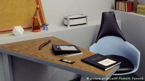 Replica of Star Trek props including a PADD at a desk (picture-alliance/AP Photo/H. Pennink)