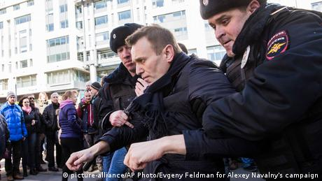 Navalny is arrested by police while protesting (picture-alliance/AP Photo/Evgeny Feldman for Alexey Navalny's campaign)