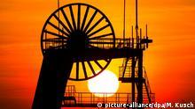 dpatopbilder - Die Sonne geht am 26.03.2017 in Herten (Nordrhein-Westfalen) hinter einem Förderturm der ehemaligen Zeche Ewald unter.(Wiederholung mit verändertem Bildausschnitt) Foto: Marcel Kusch/dpa +++(c) dpa - Bildfunk+++ | Verwendung weltweit