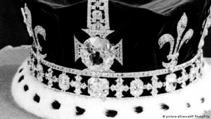 Coroa da rainha britânica em foto de 1954 mostra o diamante Koh-i-noor.