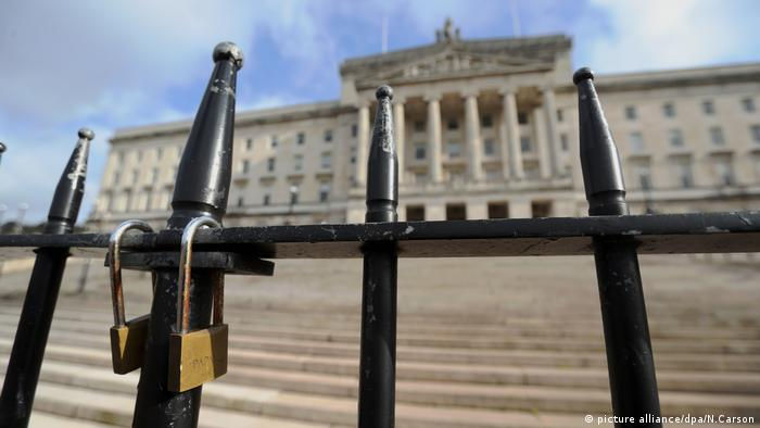 Locks hang on fence in front of Northern Ireland's parliament (picture alliance/dpa/N.Carson)