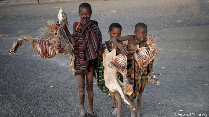Crianças durante a seca no Quênia: mudanças climáticas estão intensificando fuga e conflitos na África