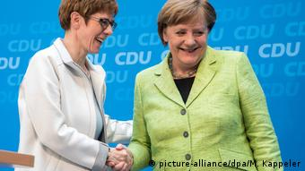Annegret Kramp-Karrenbauer and Angela Merkel (picture-alliance/dpa/M. Kappeler)
