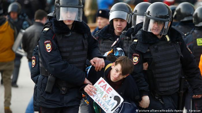 Полиция задерживает участника антикоррупционного митинга в Москве