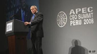 Bush hinter Podium, spricht (22.11.2008, Lima - Peru, Quelle: AP)